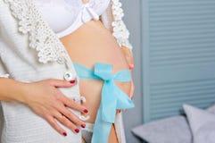 έγκυοι γυναίκες Θαυμάσια χρονική μητρότητα Στοκ φωτογραφία με δικαίωμα ελεύθερης χρήσης