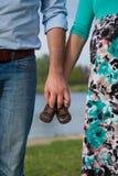 Έγκυοι γυναίκες που κρατούν τα παπούτσια μωρών στοκ εικόνες