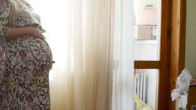 Έγκυοι γυναίκες που χαϊδεύουν την σε αργή κίνηση φωτεινό φυσικό backlight κοιλιών φιλμ μικρού μήκους