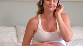 έγκυος γυναίκα ακουστικών απόθεμα βίντεο