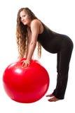 Έγκυος γυναίκα ικανότητας που κάνει την άσκηση στο fitball στο άσπρο υπόβαθρο Στοκ εικόνα με δικαίωμα ελεύθερης χρήσης