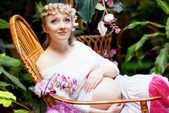 έγκυος γυναίκα κήπων Στοκ εικόνες με δικαίωμα ελεύθερης χρήσης