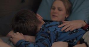 Έγκυος γυναίκα με έναν γιο που βρίσκεται στην κοιλιά της φιλμ μικρού μήκους