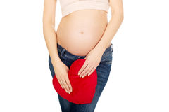 Έγκυος γυναίκα με ένα μαξιλάρι καρδιών Στοκ Φωτογραφία