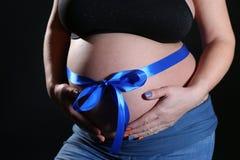 Έγκυος γυναίκα με ένα τόξο Στοκ Φωτογραφίες
