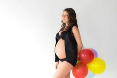Έγκυος γυναίκα με τα μπαλόνια στα χέρια Στοκ Εικόνα