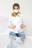 Έγκυος γυναίκα με την προστατευτική μάσκα Στοκ Φωτογραφίες