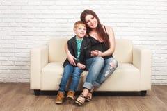Έγκυος γυναίκα με τον παλαιότερο γιο της Στοκ εικόνα με δικαίωμα ελεύθερης χρήσης