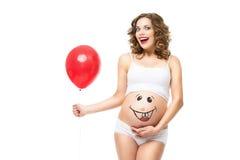 Έγκυος γυναίκα με το μπαλόνι στοκ φωτογραφίες