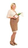 Έγκυος γυναίκα με το δώρο και τα λουλούδια Στοκ φωτογραφία με δικαίωμα ελεύθερης χρήσης