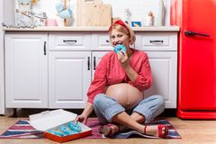 Έγκυος γυναίκα με doughnut εκμετάλλευσης κοιλιών Ο έλεγχος βάρους έννοιας και μια ανθυγειινή διατροφή κατά τη διάρκεια της εγκυμο στοκ φωτογραφίες με δικαίωμα ελεύθερης χρήσης