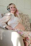 Έγκυος γυναίκα που ακούει τη μουσική στοκ φωτογραφίες