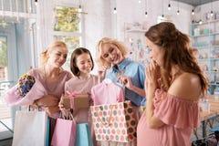 Έγκυος γυναίκα που απολαμβάνει την επικοινωνία με την που αφιερώνεται στοκ εικόνες με δικαίωμα ελεύθερης χρήσης