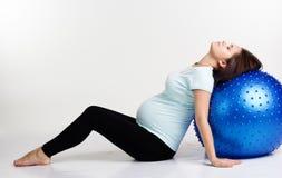 Έγκυος γυναίκα που ασκεί pilates με το fitball Στοκ φωτογραφία με δικαίωμα ελεύθερης χρήσης