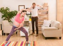 Έγκυος γυναίκα που εκπαιδεύει στο σπίτι Στοκ φωτογραφίες με δικαίωμα ελεύθερης χρήσης