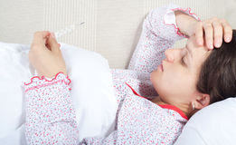 Έγκυος γυναίκα που ελέγχει τη θερμοκρασία σωμάτων της Στοκ Εικόνες