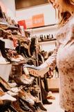 Έγκυος γυναίκα που κάνει τις αγορές στοκ εικόνα με δικαίωμα ελεύθερης χρήσης