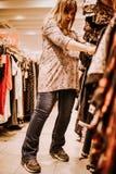 Έγκυος γυναίκα που κάνει τις αγορές στοκ φωτογραφία με δικαίωμα ελεύθερης χρήσης