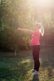Έγκυος γυναίκα που κάνει τις ασκήσεις με τους αλτήρες Στοκ φωτογραφίες με δικαίωμα ελεύθερης χρήσης