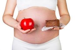 Έγκυος γυναίκα που κρατά τη Apple και ένα κομμάτι της κινηματογράφησης σε πρώτο πλάνο κέικ Στοκ φωτογραφίες με δικαίωμα ελεύθερης χρήσης