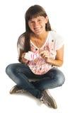 Έγκυος γυναίκα που κρατά τις μικρές κάλτσες Στοκ Εικόνα