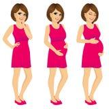 Έγκυος γυναίκα που παρουσιάζει αυξανόμενη διαδικασία εγκυμοσύνης Στοκ φωτογραφία με δικαίωμα ελεύθερης χρήσης