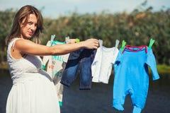 Έγκυος γυναίκα που περιμένει νεογέννητο Στοκ φωτογραφία με δικαίωμα ελεύθερης χρήσης