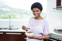 Έγκυος γυναίκα που τρώει τα δημητριακά στοκ φωτογραφίες