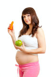 Έγκυος γυναίκα που τρώει τα υγιή τρόφιμα στοκ φωτογραφία