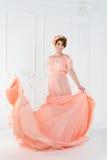 Έγκυος γυναίκα που χορεύει στο ρόδινο φόρεμα βραδιού που πετά στον αέρα Κυματίζοντας ύφασμα, πυροβολισμός μόδας Στοκ φωτογραφία με δικαίωμα ελεύθερης χρήσης