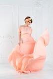Έγκυος γυναίκα που χορεύει στο ρόδινο φόρεμα βραδιού που πετά στον αέρα Κυματίζοντας ύφασμα, πυροβολισμός μόδας Στοκ εικόνες με δικαίωμα ελεύθερης χρήσης