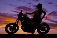 Έγκυος γυναίκα σκιαγραφιών σε ετοιμότητα δευτερεύον μοτοσικλετών στη δεξαμενή Στοκ Εικόνα