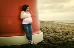 Έγκυος γυναίκα στην ακτή Στοκ Φωτογραφία