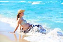 Έγκυος γυναίκα στην παραλία με τα κύματα Στοκ φωτογραφία με δικαίωμα ελεύθερης χρήσης