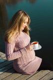 Έγκυος γυναίκα στη λίμνη φθινοπώρου Στοκ Φωτογραφίες