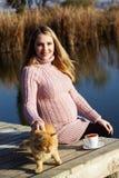 Έγκυος γυναίκα στη λίμνη φθινοπώρου Στοκ Εικόνες