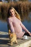 Έγκυος γυναίκα στη λίμνη φθινοπώρου Στοκ φωτογραφία με δικαίωμα ελεύθερης χρήσης