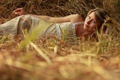 Έγκυος γυναίκα στη φύση κοντά στις θυμωνιές χόρτου στοκ φωτογραφίες
