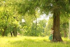 Έγκυος γυναίκα στη φύση στοκ εικόνα με δικαίωμα ελεύθερης χρήσης