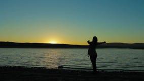 Έγκυος γυναίκα στη Dawn Doing Exercise απόθεμα βίντεο