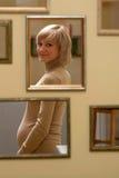 Έγκυος γυναίκα στους καθρέφτες στοκ εικόνες με δικαίωμα ελεύθερης χρήσης