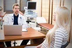 Έγκυος γυναίκα στο γραφείο γιατρών ` s Στοκ Φωτογραφίες