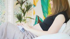 Έγκυος γυναίκα στο κρεβάτι φιλμ μικρού μήκους