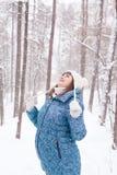Έγκυος γυναίκα στο χειμερινό δάσος Στοκ Εικόνες