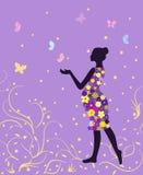 Έγκυος γυναίκα στο floral φόρεμα με τις πεταλούδες lavender στο υπόβαθρο Στοκ Φωτογραφία