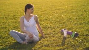 έγκυος γυναίκα τεντώματ&omi απόθεμα βίντεο