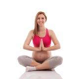 Έγκυος γυναίκα meditates και άσκηση Στοκ φωτογραφία με δικαίωμα ελεύθερης χρήσης