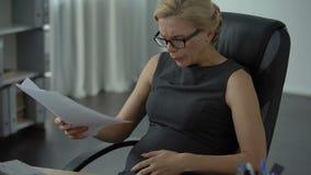 Έγκυος εργαζόμενος γραφείων που αισθάνεται τον ισχυρό πόνο στο στομάχι, κίνδυνος misbirth, πίεση φιλμ μικρού μήκους