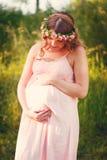 Έγκυος καλή γυναίκα στο ρόδινο φόρεμα Στοκ εικόνες με δικαίωμα ελεύθερης χρήσης