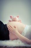 Έγκυος κοιλιά που βρίσκεται στην άσπρη γούνα Στοκ Εικόνες